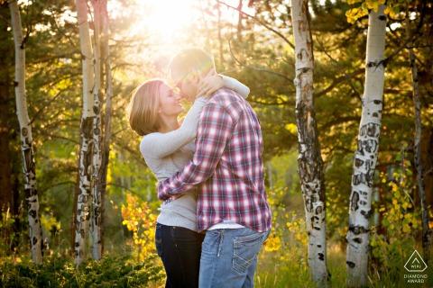 Golden Gate Canyon State Park Kunstfoto Verlobungsfoto in den goldenen Espenblättern in CO