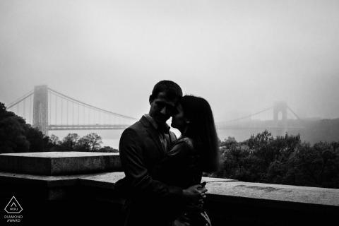 Fort Tyron Park, NYC Fine Art Pre Wedding Portrait en BW con el puente George Washington