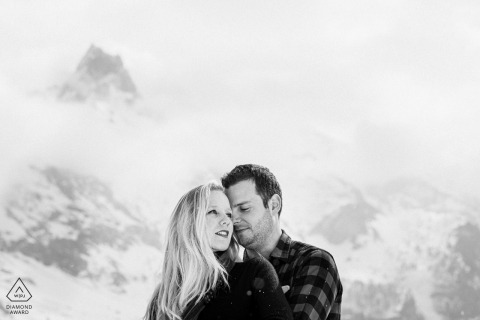 Photo de fiançailles artistique des Alpes françaises avec le couple dans les montagnes en France
