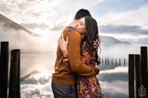 Aiguebelette Fine Art Engagement Image avec Le couple est en face d'un lac