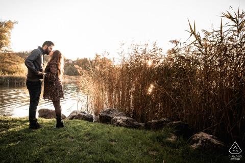 Aiguebelette, France Fine Art Pre Wedding Portrait du couple près d'un lac