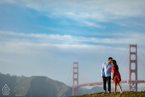 Foto de compromiso artístico de Baker Beach en San Francisco con un poco de felicidad junto al puente Golden Gate