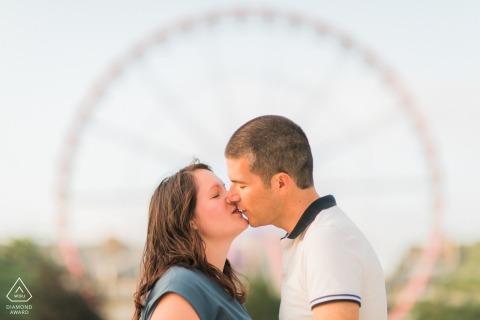 Paris Fine Art Engagement Session con una pareja besándose frente a una gran rueda en París