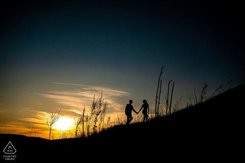Malhostovicka pecka Imagen de compromiso de bellas artes de la pareja caminando de la mano cuesta arriba
