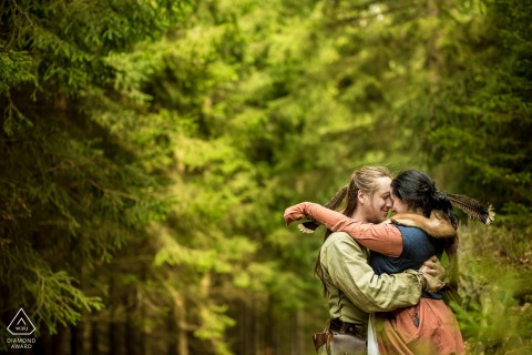 Imagen de Compromiso de Bellas Artes de Peníkov de una pareja de LARP abrazándose durante una sesión de disfraces