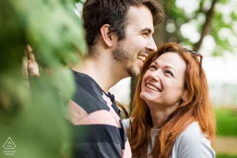 Brno Artful Engagement Photo d'un couple souriant dans le parc