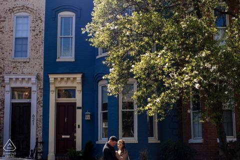 Capitol Hill Fine Art Pre Wedding Portrait in DC mentre la coppia sta guardando l'anello della sposa