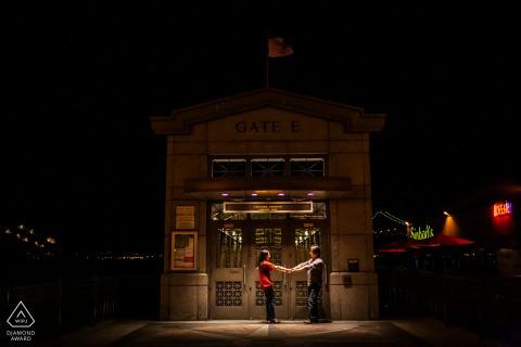 Imagen de compromiso de bellas artes de San Francisco con algunos romances a través de los muelles de SF en la noche