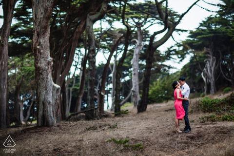 Fotos de compromiso de Bellas Artes de San Francisco con un tierno beso en el bosque de cipreses