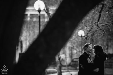Photographie d'art avant mariage au Parque Eduardo VII, Lisboa, Portugal avec le couple vivant le moment