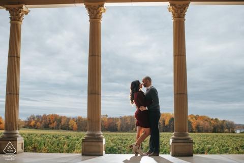 Séance électronique d'engagement environnemental de l'Ohio Winery d'un couple tourné avec des colonnes et des couvertures d'automne