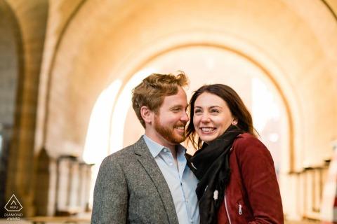 Brooklyn, Nueva York, sesión electrónica de retrato de una pareja feliz en la escena de la ciudad