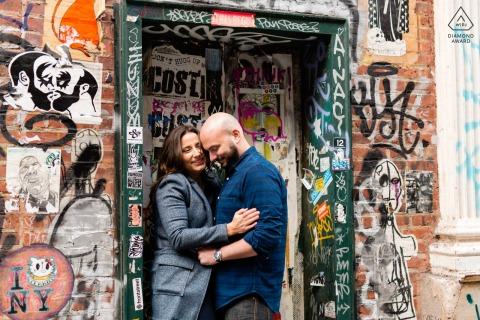 SoHo, Manhattan, New York City e-session d'engagement environnemental d'un couple entouré de graffitis