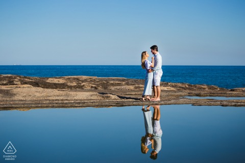 Niteroi, RJ portrait e-session at the beach with a reflection of the couple in the water