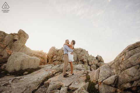 ile rnote portrait e-session parmi les rochers et les pierres au coucher du soleil