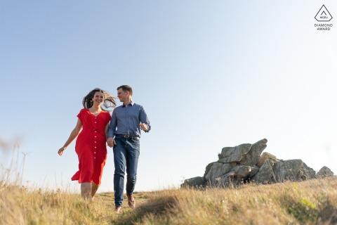 Trevou Treguignec portrait e-shoot sur place d'un couple courant en plein champ