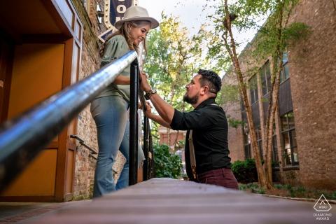 Market Square, Knoxville engagement environnemental e-session d'un regard romantique entre le couple au milieu de Market Square