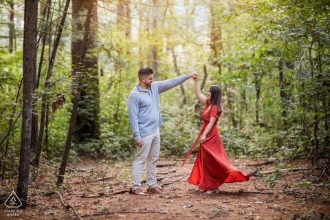 Prosser Pines engagement environnemental e-session d'un couple dansant dans les bois