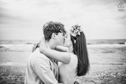 E-shoot de retrato en el lugar de Ravenna Wild Beach: beso sincero y divertido durante una sesión de amor