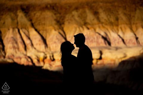 The Paint Mines, e-session portrait de Calhan - silhouette du couple contre les parois du canyon.