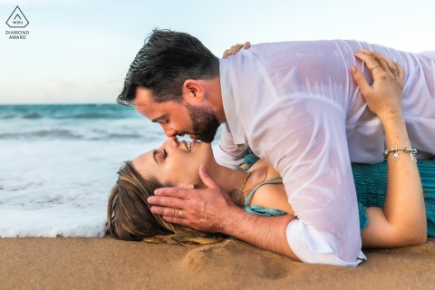 Maceió portrait e-session de couple s'embrassant sur le sable de la plage