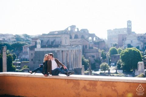 Disparo electrónico de retratos en el lugar de Roma: una pareja deambulando por las calles de la ciudad antigua, Roma