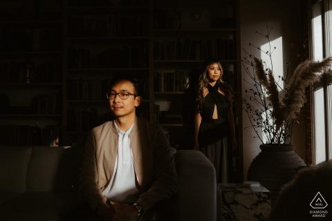 Sesión electrónica de retratos en el lugar de Los Ángeles: una pareja bajo la hermosa luz durante esta sesión en casa
