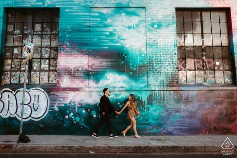 Los Ángeles, California, sesión electrónica de retrato de una pareja paseando por el distrito de las artes en DTLA