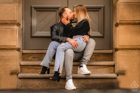 Manchester City Center portrait e-session de couple assis sur l'escalier à une porte