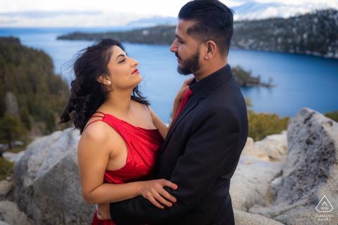 Emerald Bay, Californie portrait e-session d'un couple se regardant avec tendresse