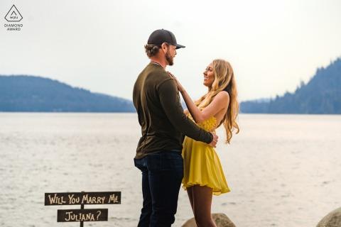 Donner Lake, Californie e-session d'engagement environnemental du couple se regardant dans les yeux avec amour