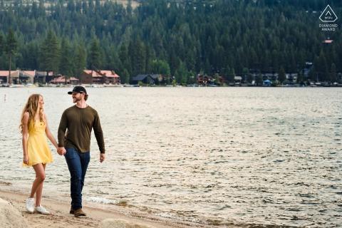 Donner Lake portrait e-shoot sur place d'un couple marchant le long de la plage main dans la main