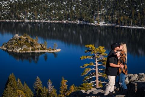 Emerald Bay, Californie portrait e-session - femme posant avec bague pendant leur séance de fiançailles