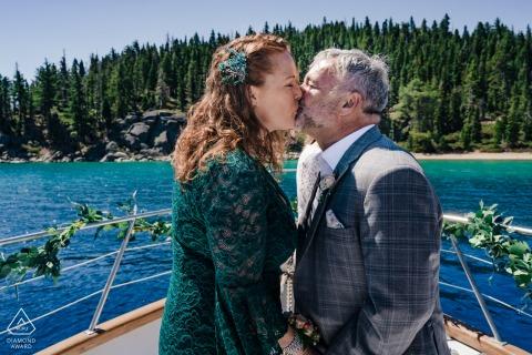 Session électronique sur l'engagement environnemental à Lake Tahoe, en Californie - un couple sur un bateau