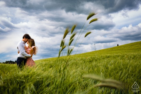 Orvieto, Italy environmental engagement e-session of the couple in the middle of the wheat field