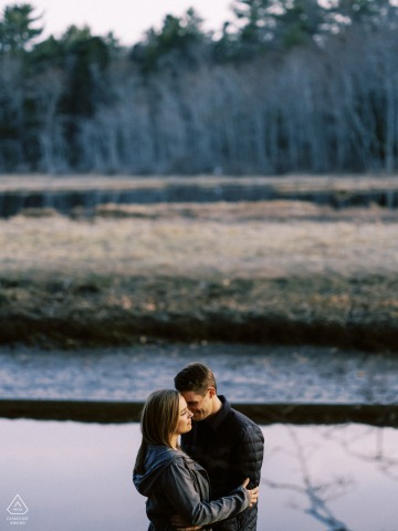 Wells, Maine portrait sur place e-shoot d'un couple sur la tourbière