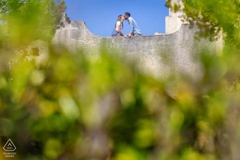 Casa Makari retrato en el lugar e-shoot bajo el sol de verano con un tierno beso