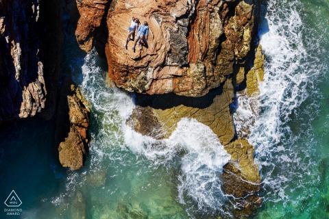 San Vito Lo Capo Beach retrato sesión electrónica desde un avión teledirigido de una pareja escuchando las olas del mar