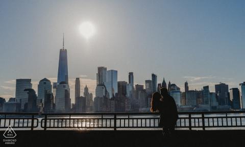 Séance électronique sur l'engagement environnemental du Liberty State Park pour une image en silhouette d'un couple et des toits de New York en arrière-plan