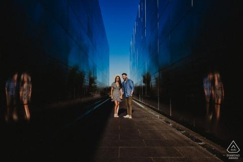 Liberty State Park e-shoot portrait sur place pour un couple encadré entre un mémorial avec des reflets sur le mur