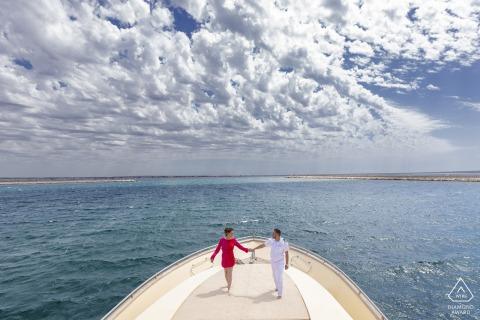 Sesión electrónica de retrato de Trapani para una pareja náutica Juntos contra el mar tempestuoso