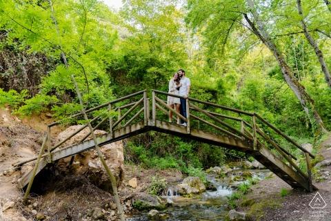 Rio Cerezuelo, Cazorla, Espagne e-shoot portrait sur place sur un petit pont piétonnier en bois au-dessus d'un ruisseau