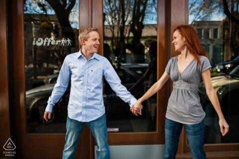 Sesión electrónica de compromiso ambiental de San Francisco con una yuxtaposición de pareja tomados de la mano en la ciudad