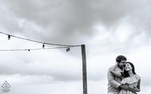 Maceió, e-shoot de portrait sur place d'Alagoas créé alors qu'un homme étreint sa future épouse sur un toit
