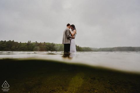 True Love Pre-Wedding Portrait Session à Walden Pond à Concord, MA illustrant un couple debout avec une photo ci-dessus et ci-dessous