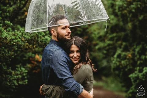Séance de portrait pré-mariage True Love à Arnold Arboretum capturant un couple avec un parapluie sous la pluie
