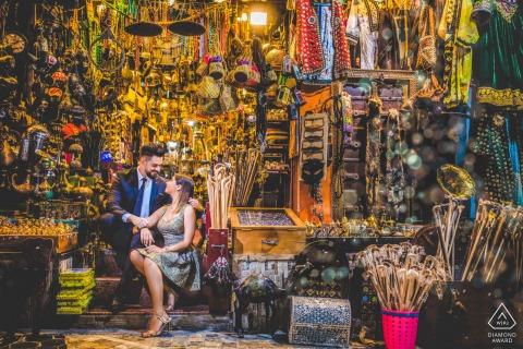 Séance de portraits avant le mariage True Love à Mascate montrant un couple partageant un amour léger à Oman