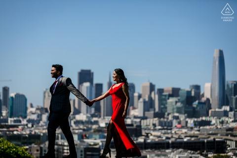 CA True Love vor der Hochzeit Fotoshooting auf dem Potrero Hill in San Francisco von einem Paar mit einer Dame in grellem Rot