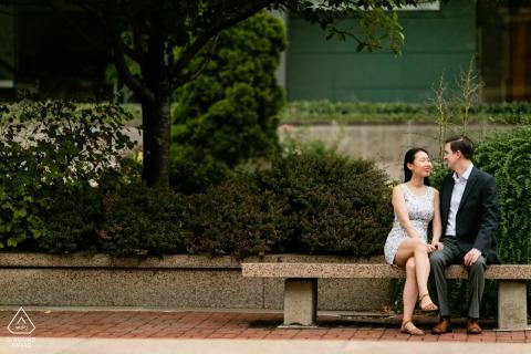 Séance de portrait de fiançailles True Love à l'Université Columbia à New York montrant un couple assis sur le banc où ils se sont rencontrés