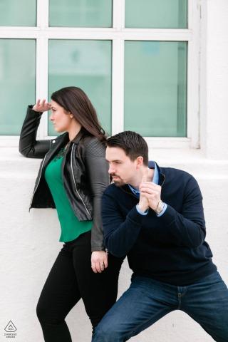 True Love Engagement Portrait Session à Astoria, NY montrant un couple dans une pose d'affiche de film d'espionnage/action